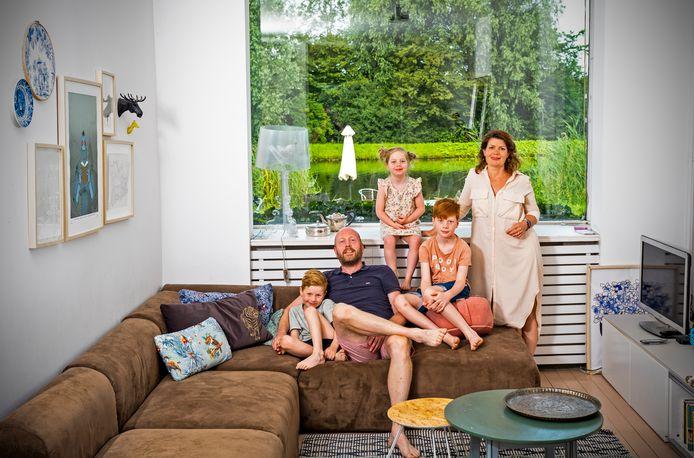 De familie Noorman woont buiten in Rotterdam. ,,We hebben vrij uitzicht voor en achter, maar zijn toch in tien minuten in de stad.''