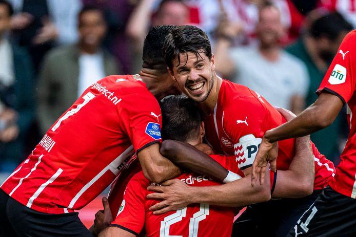 Blijdschap bij heel PSV na een goal tegen FC Midtylland.