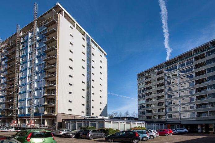 De woningen moeten in de laagbouw komen in het midden van de foto; tussen de twee flats. Officieel staat dit gebouwtje ook aan de Loolaan, maar de allure die aan die naam kleeft is hier ver weg.
