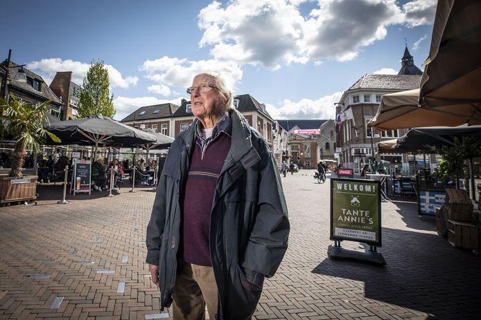 Henk Poorthuis op de plek waar volgens hem, vandaag precies 76 jaar geleden, acht Oldenzalers om het leven kwamen bij een explosie tijdens een bevrijdingsfeest op de Groote Markt. Vanavond wordt een plaquette onthuld ter nagedachtenis aan de slachtoffers.
