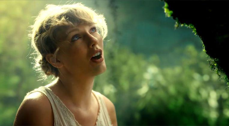 Zangeres Taylor Swift in de clip van 'Cardigan'. Beeld BSRagency UMPG Publishing / BACKGRID