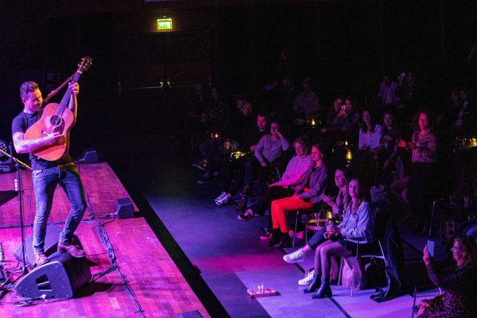 De Nederlandse zanger Douwe Bob tijdens een concert, onderdeel van een reeks pilot-voorstellingen waarbij geëxperimenteerd wordt met het toelaten van publiek. Bezoekers moeten met een negatieve test aantonen dat zij niet besmet zijn met het coronavirus.