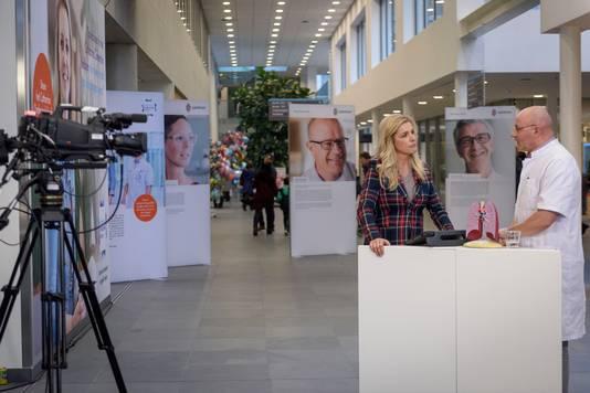 Lucille Werner ondervraagt longarts Ben van den Borne. Foto Jean Pierre Reijnen