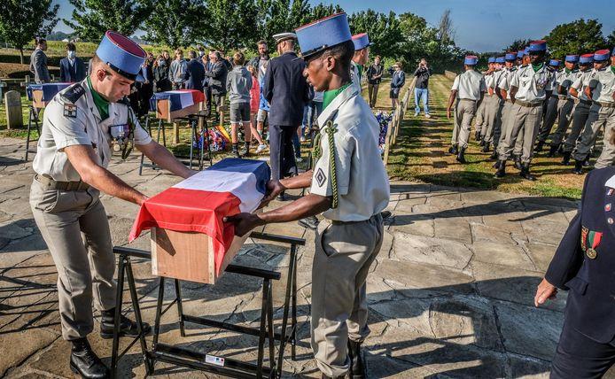 De stoffelijke resten van negen Franse soldaten kregen een laatste rustplaats op de Franse begraafplaats Sint-Charles de Potyze.