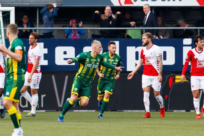Lex Immers viert zijn eerste van twee doelpunten in het duel met FC Utrecht.