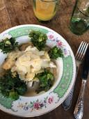 Ravioles au parmesan, volaille, bouillon, kalettes et pesto.