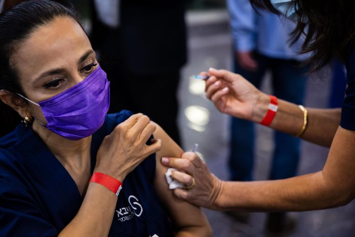 Archiefbeeld: Medisch personeel van het Sheba Medical Center krijgt het vaccin.