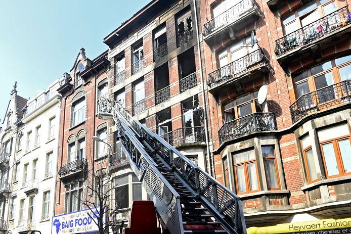 Het gebouw dat maandag door een grote brand in de as gelegd werd.