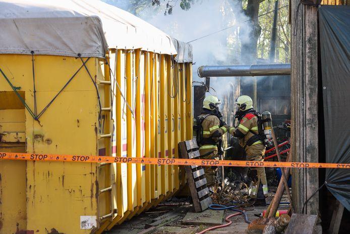 Mogelijk asbest vrijgekomen bij brand klompenmaker in Schijndel.