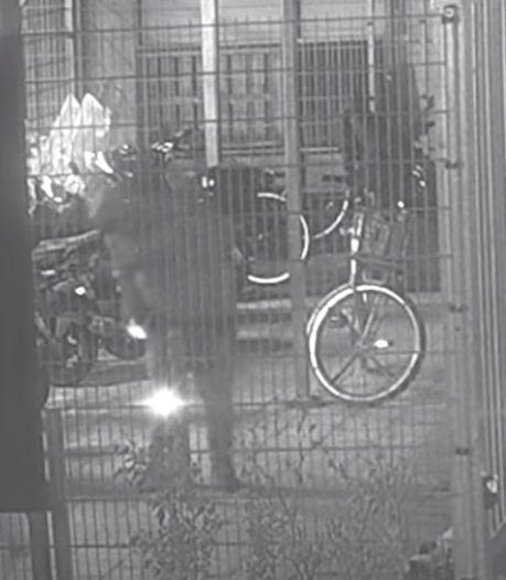 Bekijk hoe belabberde brandstichters zichzelf opsluiten in fietsenstalling Groningen