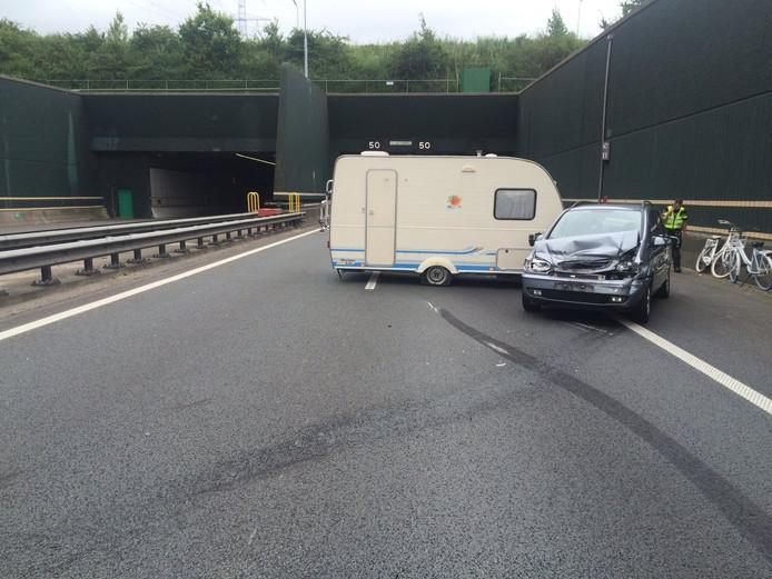 Er was een auto met een caravan geschaard bij de Vlaketunnel (A58).