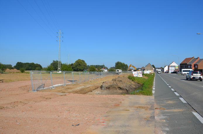 De grondwerken voor het nieuwe winkelcentrum Ninouter zijn van start gegaan langs de Brakelsesteenweg in Outer (Ninove).