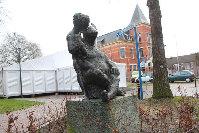 Feesttent achter het kunstwerk 'Carnaval der burgers', genoemd naar een boek van de Eibergse schrijver Menno ter Braak.