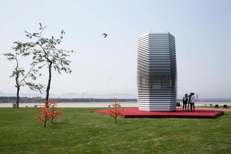 De Smog Free Tower in China zuivert in Peking 30.000 kubieke meter lucht per uur.  Beeld Studio Roosegaarde