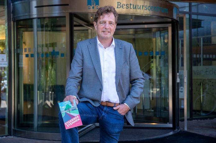 Burgemeester René Verhulst met zijn boek 'Stakende stemmen'.