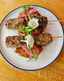 De spiesjes met Turkse kebab van mals lamsvlees.