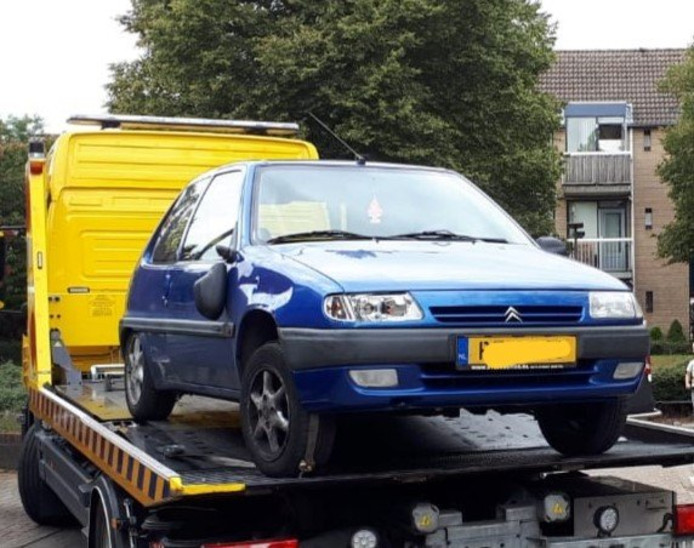De auto is beslag genomen door de politie.