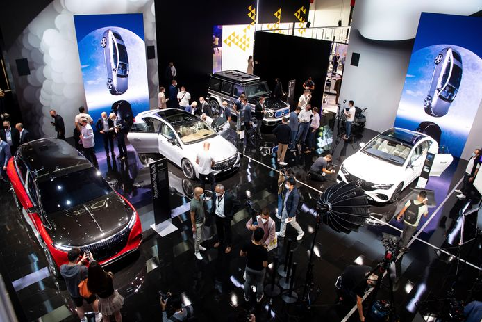 Drukte op de stand van Mercedes-Benz: journalisten mochten maandag als eersten de autoshow in München bezoeken.