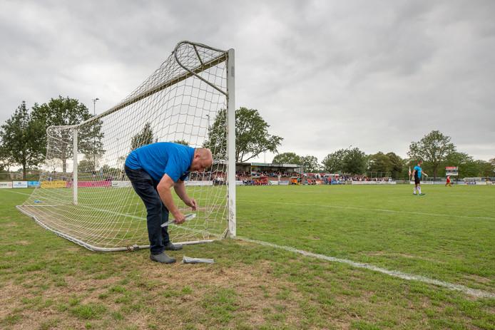 Het hoofdveld van VV Goes krijgt binnenkort verlichting. Foto: Hans Wisse repareert het gat in zijnet tijdens een wedstrijd tegen Staphorst.
