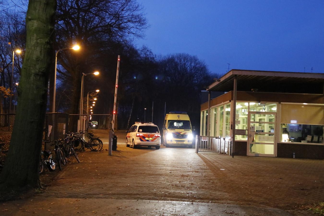 Hulpdiensten aan de poort van het asielzoekerscentrum Overloon na een vechtpartij.