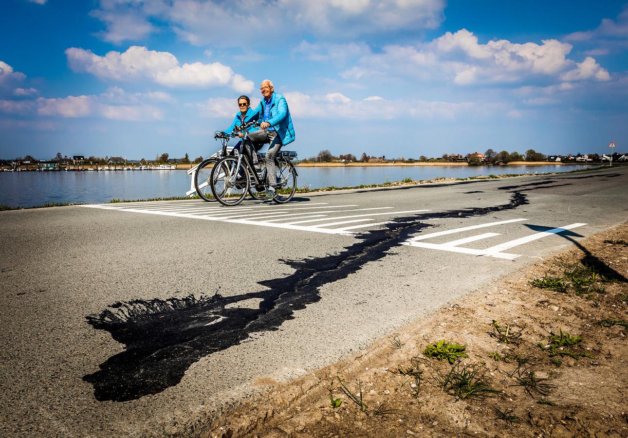 Scheuren in het wegdek van in de Lekdijk in Nieuw-Lekkerland.