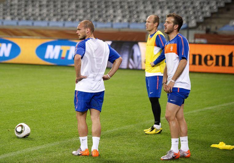 Wesley Sneijder, Rafael van der Vaart en Arjen Robben woensdag op de training van het Nederlands elftal in het Green Point Stadium. Foto ANP Beeld