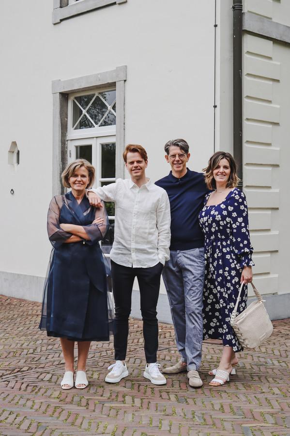 Geert (tweede van rechts) en Henneke (links) Bastiaansen met zoon Rogier en dochter Monique, die  beiden ook al in het familiebedrijf - Bastiaansen Modestad in Bavel - werken.