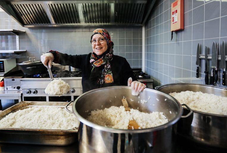 Sabah El Khamlichi kookt graag en gezond voor mensen die het niet breed hebben. Beeld Eva Plevier