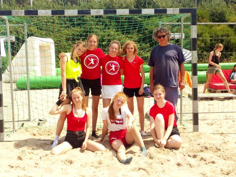 De M16-meisjes speelden als eerste team van Handbal Leuven een wedstrijd beachhandbal in Eksel en werden er tweede