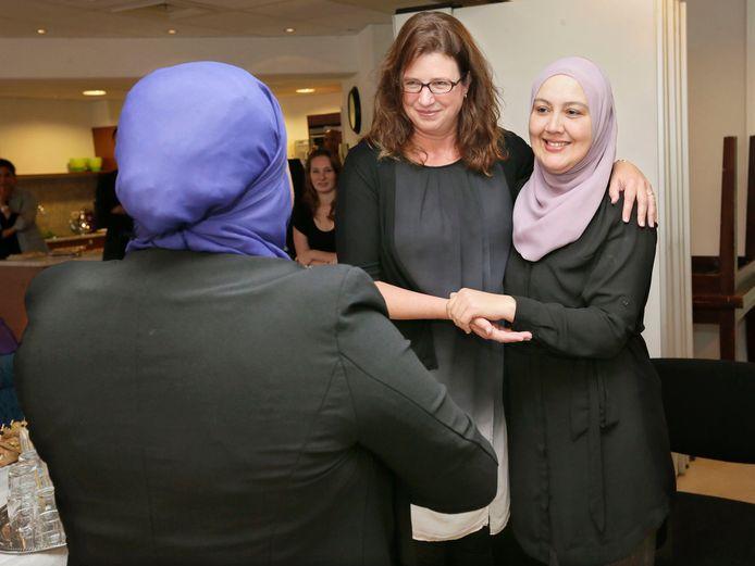 Wethouder Miriam Haagh met Hoesnia Risauli en Fadua el Bouazzaoui (L), beiden werkzaam voor Stichting Voorlichters Gezondheid