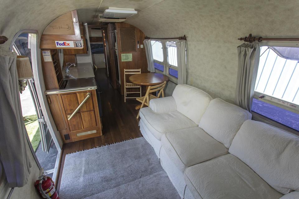 De comfortabele bank werd speciaal gemaakt voor deze caravan. Let ook op de handtekening van Hanks op de keukenkastjes.