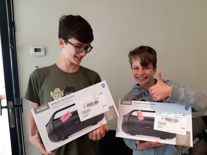 De broers Arthur (12) en Louis De Bruyne (10) poseren fier met hun muziekbox.