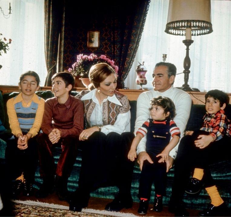 'De sjah met vrouw en kinderen, v.l.n.r.: Farahnaz, Reza, Leila en Ali Reza. De jongste twee zouden zelfmoord plegen' Beeld