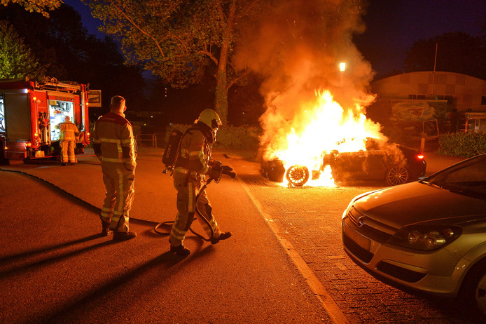 Bij aankomst van de brandweer sloegen de vlammen uit de auto.