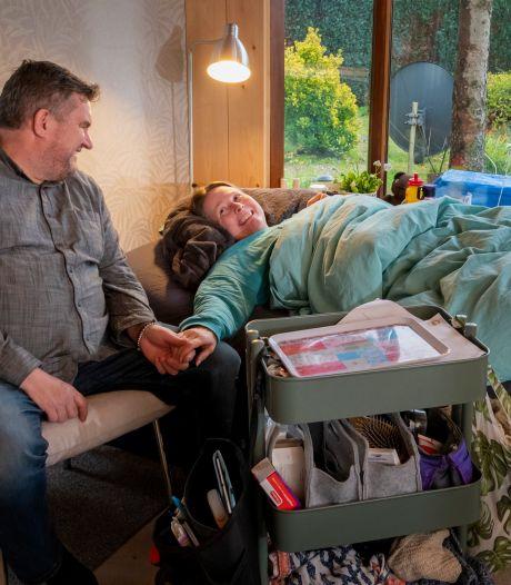 Doodzieke Mariëlle (47) uit Putten is wanhoop nabij; zelfs haar vriend kan niet langer dan een half uurtje op bezoek