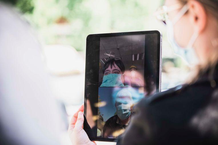 Sonja in beeld via de tablet.