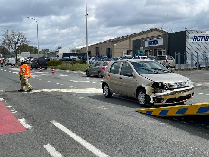 Bij een verkeersongeval langs de Europalaan in Poperinge raakten twee automobilisten gewond. De twee voertuigen moesten getakeld worden.