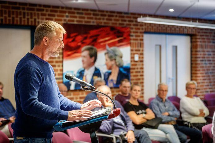 Bart Hissink spreekt in over de teelt van cannabisplanten naar aanleiding van de affaire met Jan en Jannie van Raalte, rechts meeluisterend op de de publieke tribune.