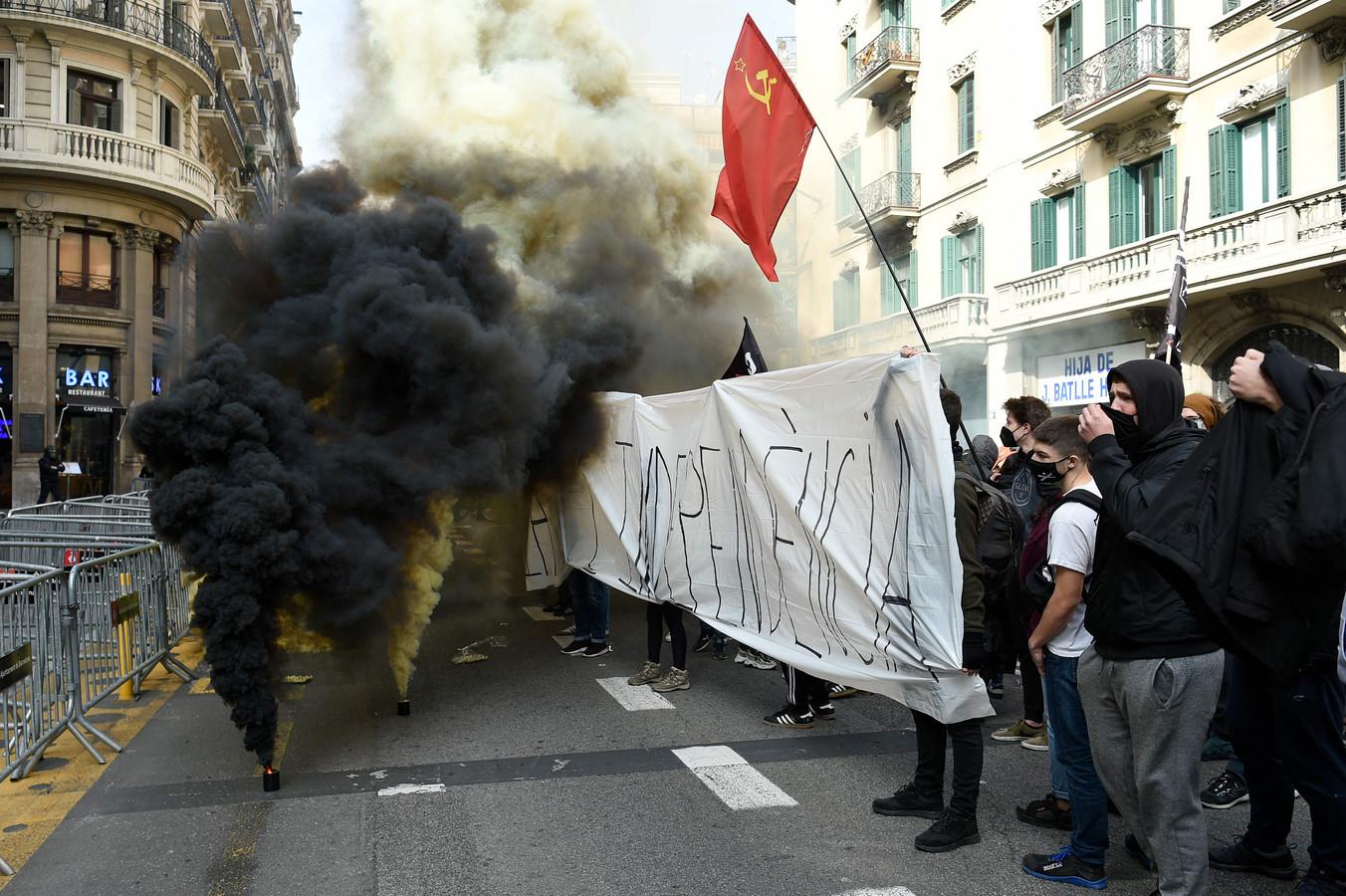 Demonstranten steken rookbommen aan tijdens een studentendemonstratie van Syndicat d'Estudiants dels Paisos Catalans - SEPC (Unie van studenten van Catalonië) tegen de gevangenneming van Pablo Hasél, vrijdagmiddag in Barcelona.
