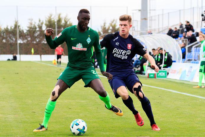 Lamine Sané in 2018 in het shirt van Werder Bremen. Hier in duel met Marko Kvasina van FC Twente tijdens een oefenwedstrijd.