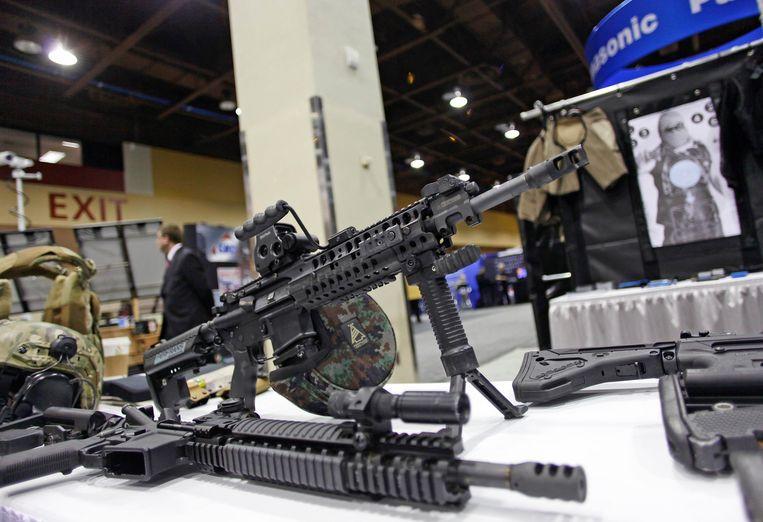 Een aanvalswapen op een wapenbeurs in Phoenix, Californië. Beeld REUTERS