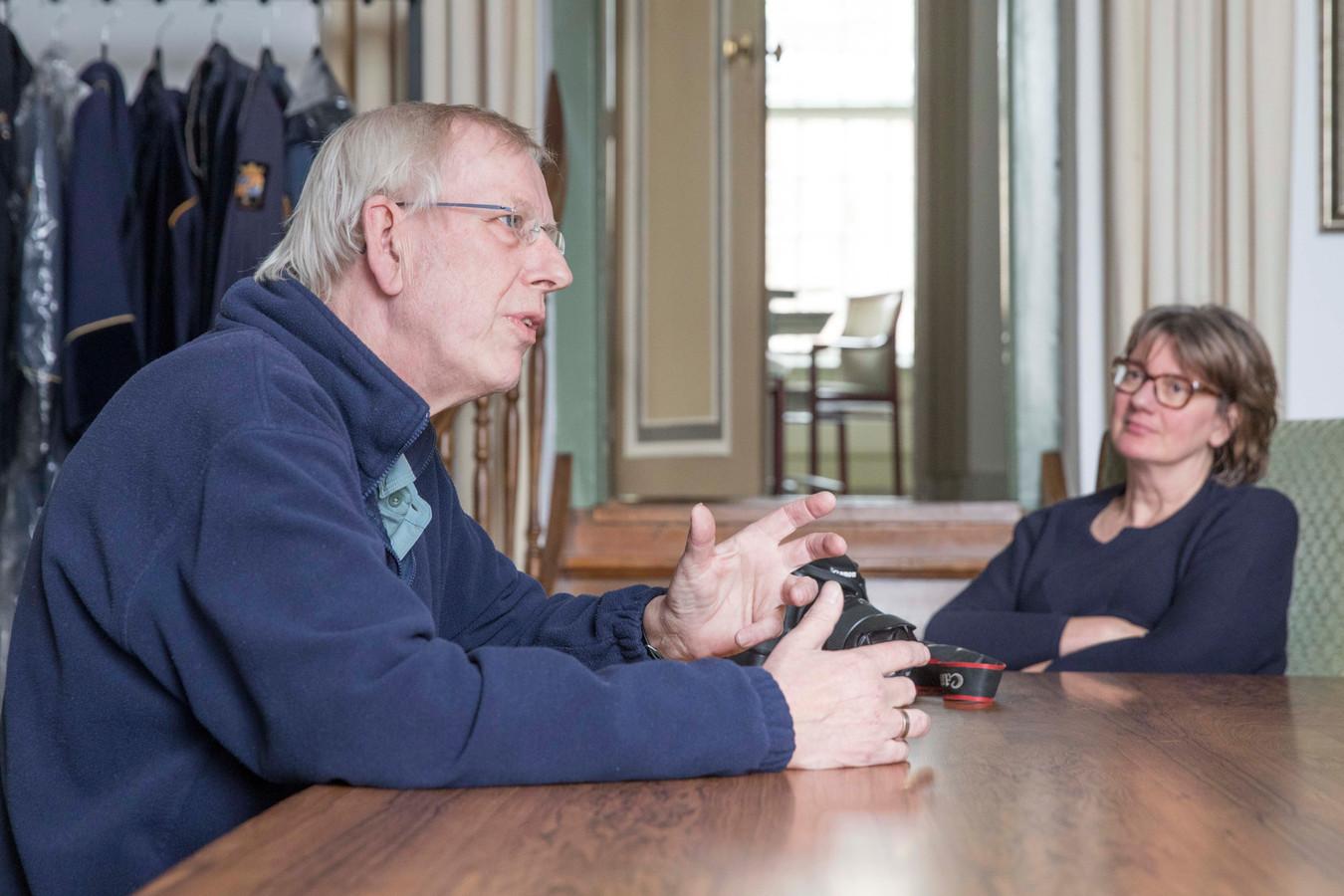 Carl Bruring overleed vorige week woensdag op 62-jarige leeftijd. Zijn partner Manda Heddema (foto) kreeg vandaag uit handen van burgmeester Margo Mulder de koninklijke onderscheiding die klaar lag om aan Bruring te worden uitgereikt.