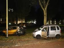Automobilist knalt tegen geparkeerde auto aan in Delft