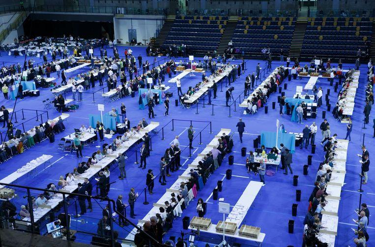 De stemmen worden geteld in Glasgow, na de Britse parlementsverkiezingen van vorige week. Beeld EPA
