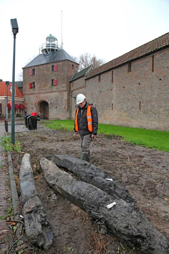 Er zijn steigerpalen ontdekt voor de Vischpoort in Harderwijk.