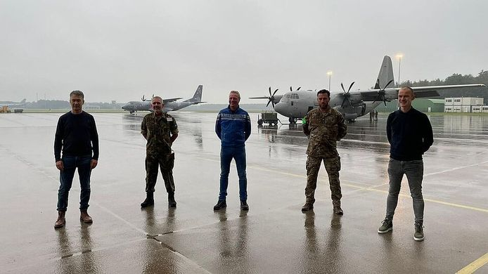 Afgelopen woensdag stonden de wethouders ook al klaar bij de vliegbasis in Eindhoven om aan boord te gaan voor hun sprong. Door het laaghangend wolkendek ging die sprong niet door. Vrijdag lukte het wel. Links Leon Meijer.