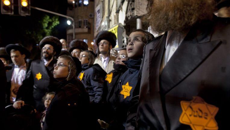 Ultraorthodoxe joden protesteren tegen de 'nazipraktijken' van Israël. © reuters Beeld