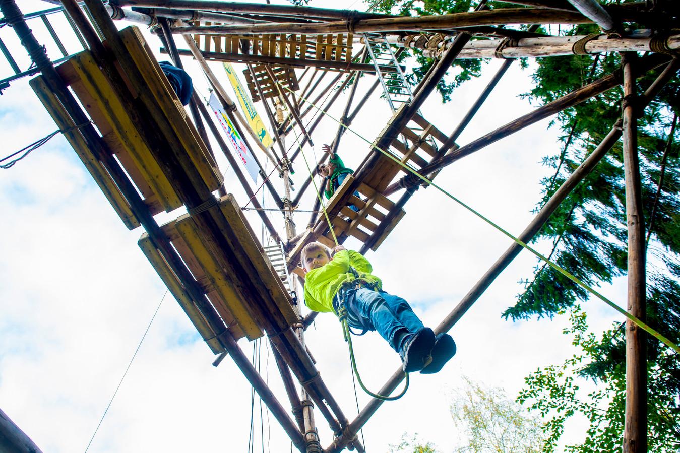 De JOTA-toren die Ugchelse Woudlopers afgelopen weekend was met 32 meter de hoogste in de geschiedenis van de vereniging. De Welpen mochten abseilen vanaf halverwege.