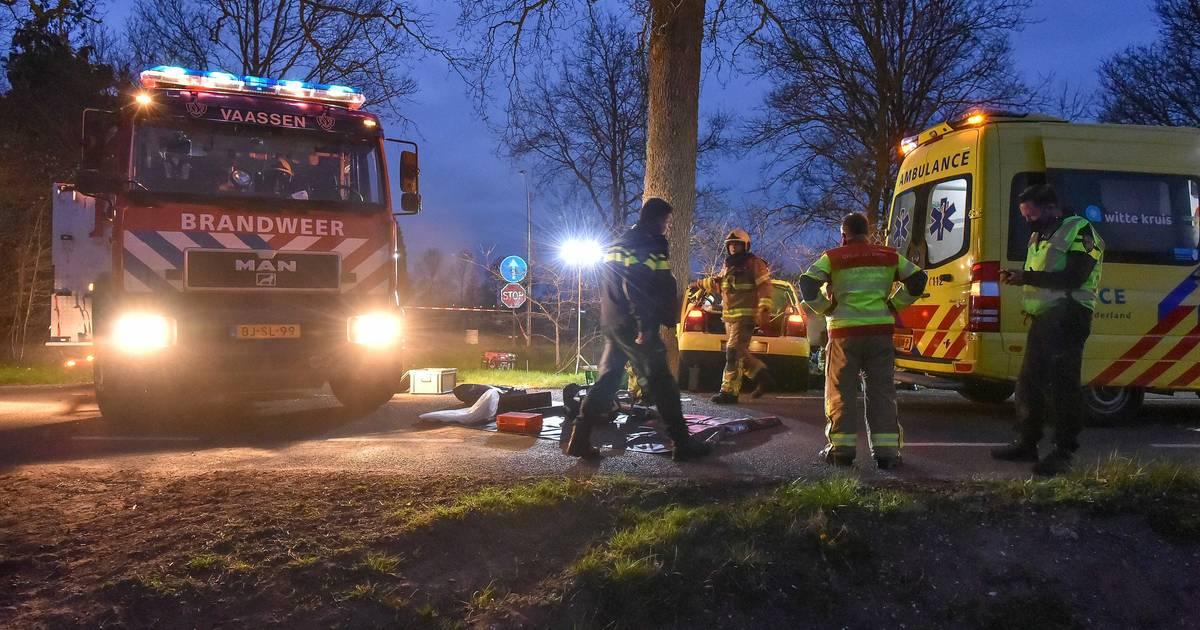 Man uit Rheden overleden na eenzijdig ongeluk in Vaassen, bijrijder raakt zwaargewond.