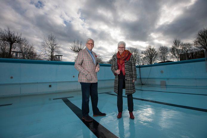 Frans Smit en Marijke Melsert van stichting Sport, Cultuur en Educatie proberen het zwembad te vernieuwen, maar met zo min mogelijk risico's.